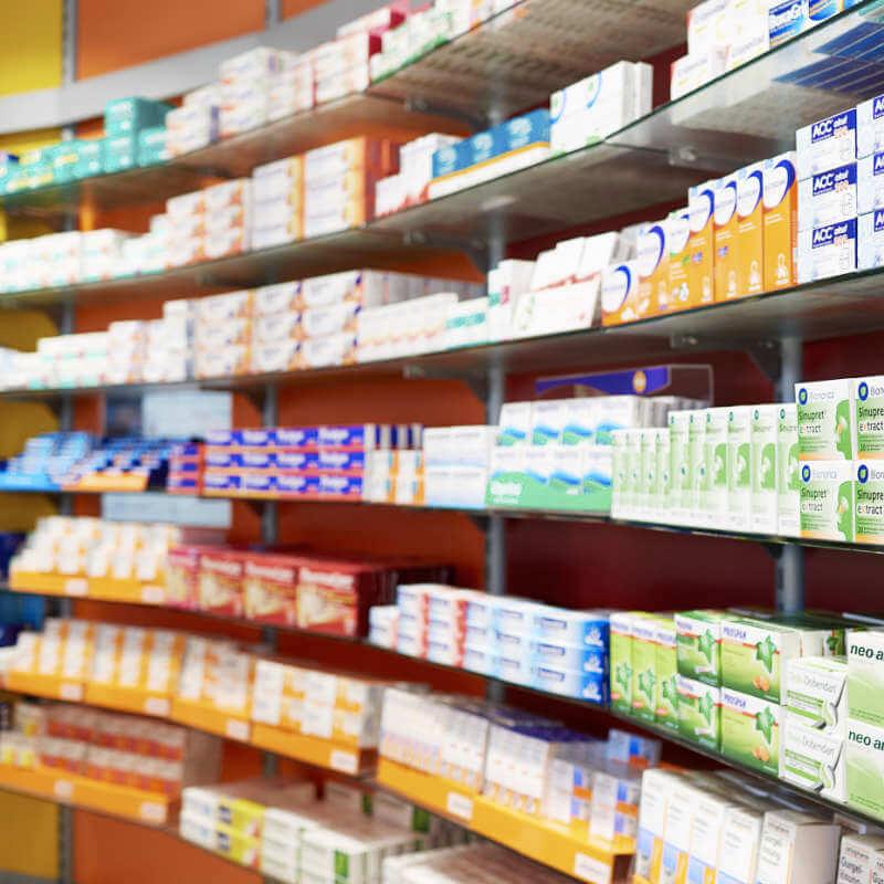 Regal mit OTC-Artikeln in der Europa Apotheke Leipzig